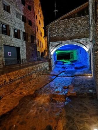 Oświetlony tunel z potokiem - na zielono