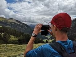 Mężczyzna robi zdjęcie górskich plenerów w Pirenejach w Andorze