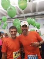 Dwóch uśmiechniętych pacemakerów półmaratonu Garda