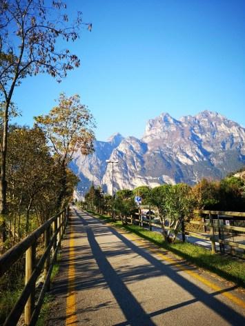 Ścieżka rowerowa nad Jeziorem Garda, w tle góry