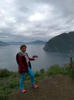 Dziewczyna na tle jeziora, nad jej wyciągniętą dłonią widoczna mała wyspa