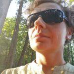 Porter kobietyw okularach słonecznych i zielonej sukience Craghoppers
