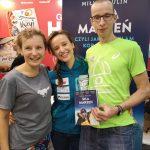 Dwie kobiety i mężczyzna podczas targów książki w Krakowie - z Miłką Raulin i jej książką