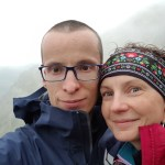 Dwoje turystów na szlaku w górach, portret