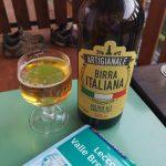 Kieliszek i butelka z włoskim piwem