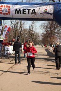 Dziewczyna wbiega na metę Półmaratonu Marzanna w Krakowie
