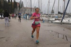 Dziewczyna biegnie Półmaraton Trentino Garda Halfmarathon