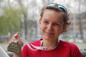Uśmiechnięta biegaczka z medalem DOZ Maraton Łódź