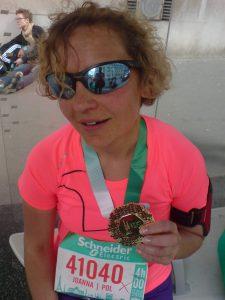 Biegaczka na mecie Schneider Electric Marathon de Paris