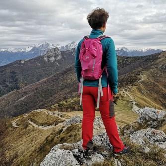 Dziewczyna natle górskiej panormay, Alpy Bergamskie
