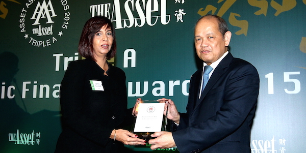 Jagjit Kaur, General Manager Digital Innovation and Transactional Banking (Wholesale), Hong Leong Bank Berhad received the award from Chito Santiago, Managing Editor for the Asset Publishing & Research Limited.