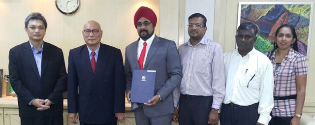 Mohan SIngh (turban) at the swearing in ceremony as an MPSJ councillor on 27 Jan 2016. With him are (L-R) DAP council chief whip Pooi Weng Keong, MPSJ president Nor Hisham Ahmad Dahlan and members from DAP Paksiong.