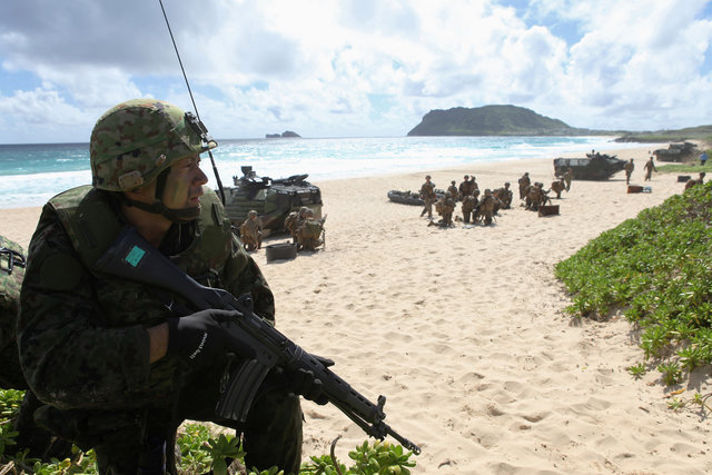 A soldier with the Japan Maritime Self-Defense Force sets up a perimeter during a simulated beach assault at Marine Corps Base Hawaii with the 3rd Marine Expeditionary Unit during the multi-national military exercise RIMPAC in Kaneohe, Hawaii, in July 2016.  Photo: Reuters/ Hugh Gentry