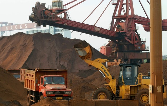 A truck is loaded with iron ore at a port in Nantong, Jiangsu province May 5, 2013. Photo: Reuters