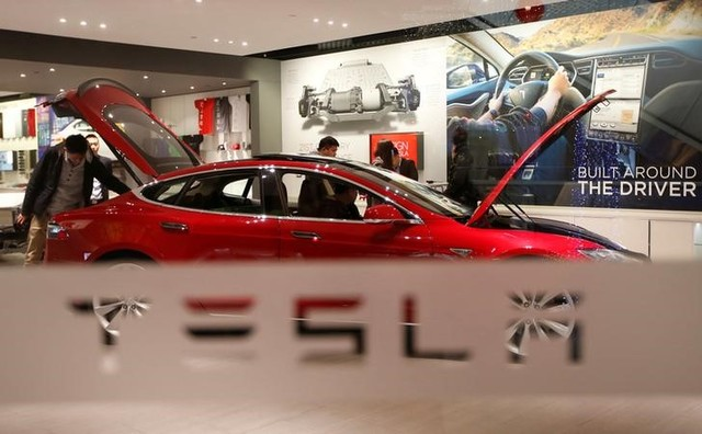 A man looks around Tesla Motors' Model S P85 at its showroom in Beijing. Photo: Reuters, Kim Kyung-Hoon
