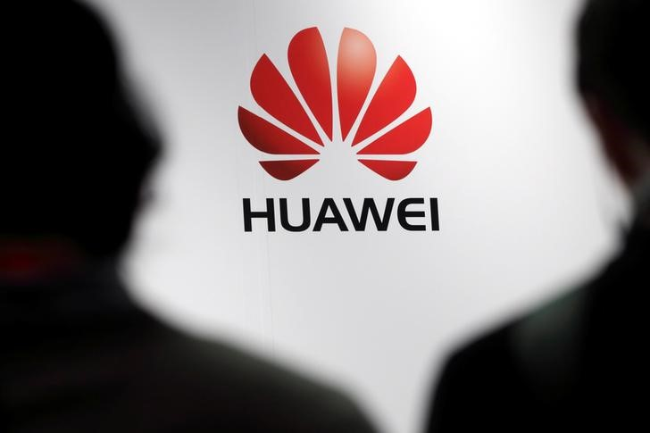 Journalists attend the presentation of the Huawei's new smartphone in Paris.  Photo: Reuters/Philippe Wojazer