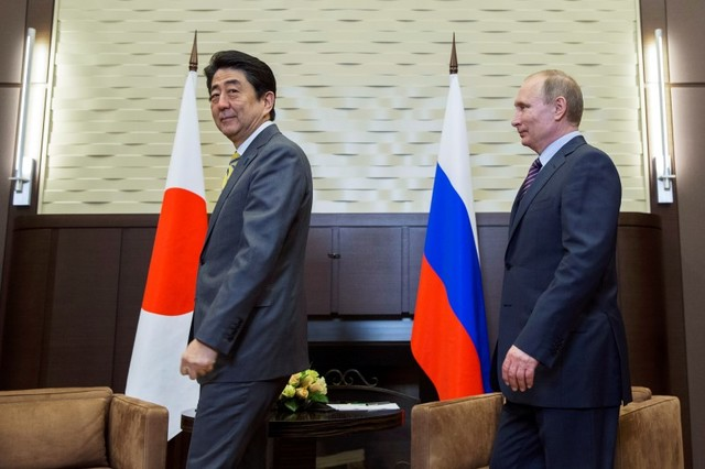 Russian President Vladimir Putin and Japanese Prime Minister Shinzo Abe walk into a hall during a meeting in Sochi, Russia, May 6, 2016. Photo: Reuters/Pavel Golovkin/Pool