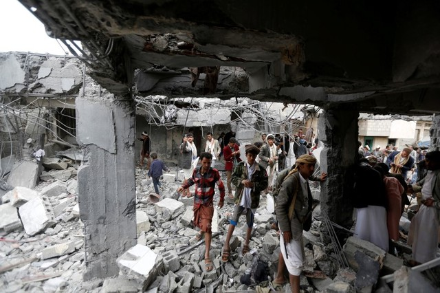 People gather at a building destroyed by Saudi-led air strikes in the northwestern city of Amran, Yemen, on September 8, 2016. Photo: Reuters / Khaled Abdullah