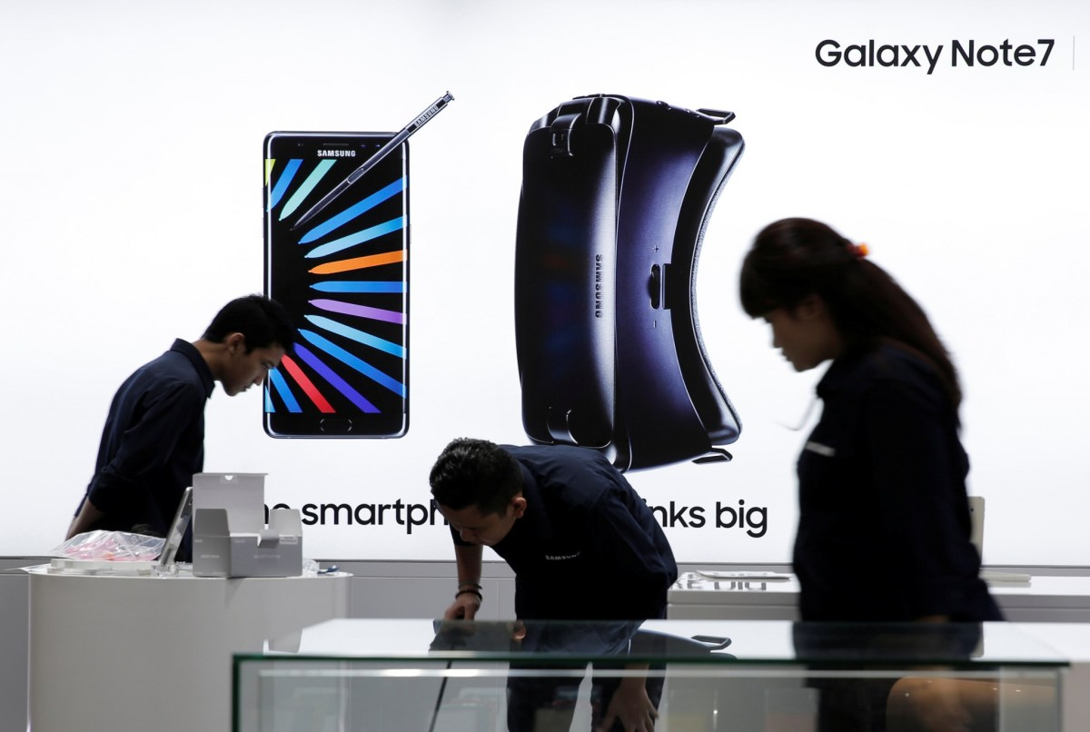 Sales promotion staff stand in front of a Galaxy Note 7 advertisement at a Samsung store in Jakarta, Indonesia, October 11, 2016. REUTERS/Beawiharta