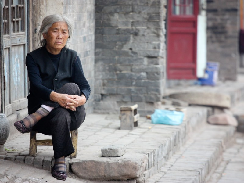 Chinese Woman in the back alleyways of Pingyao, China. Photo:  Bryan T, Flickr, https://flic.kr/p/aP3VT4