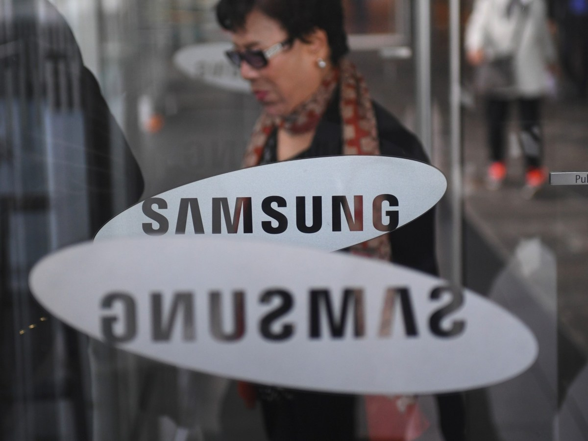 A woman walks past the logo of Samsung Electronics at a flagship store in Seoul. Photo: Jung Yeon-Je / AFP