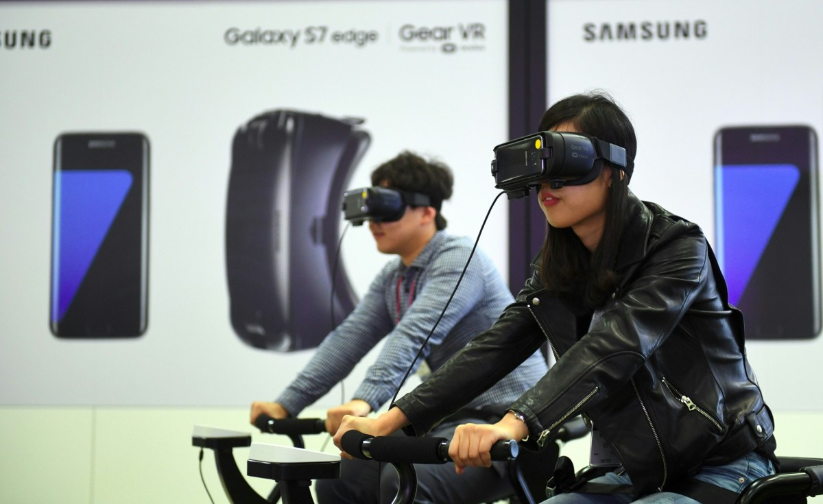 Visitors experience Samsung Electronics' Gear VR during the Korea Electronics Grand Fair at an exhibition hall in Seoul in October, 2016. Photo: AFP/Jung Yeon-je