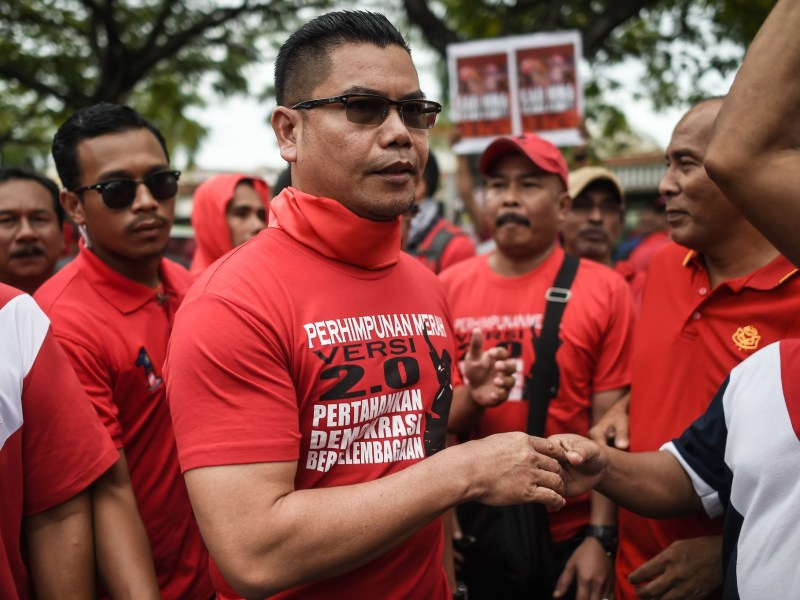 Jamal Yunos, centre, shakes hands with supporters at a protest against the online news portal Malaysiakini on Saturday. Photo: MOHD RASFAN / AFP