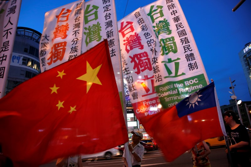 An independence group marches around pro-China supporters at a Taipei rally. Photo: Reuters/Tyrone Siu