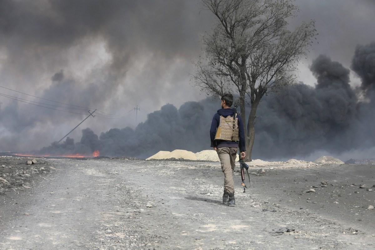 Smoke rises from oil wells, set ablaze by Islamic State militants before fleeing the oil-producing region of Qayyara, Iraq, November 1, 2016. REUTERS/Alaa Al-Marjani
