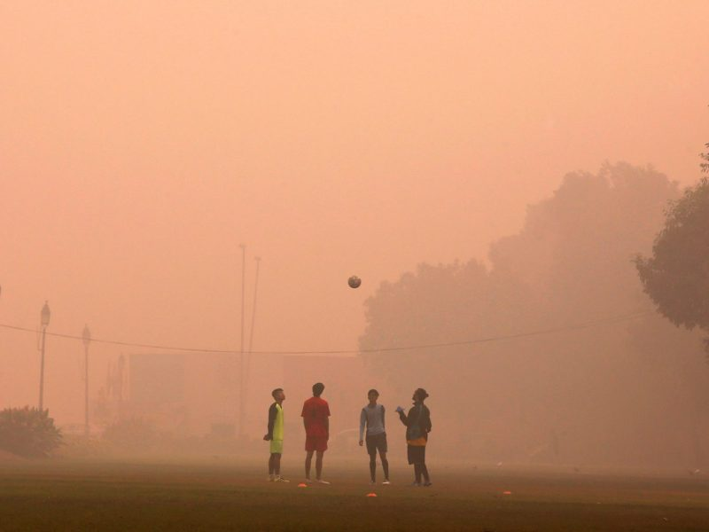 Boys play football in a public park on a smoggy morning in New Delhi, India, November 2, 2016. Photo: Reuters/Adnan Abidi