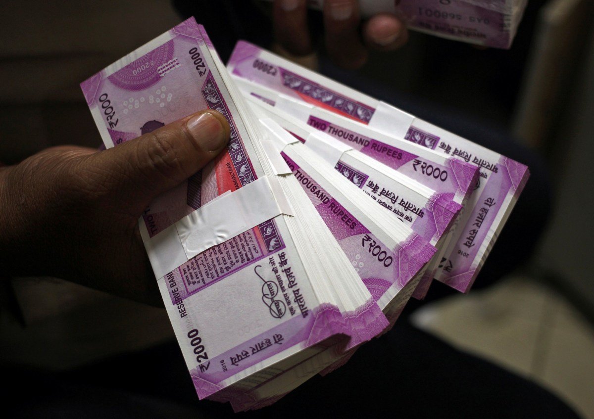 The new 2000 Indian rupee banknotes. Photo: Reuters/ Mukesh Gupta