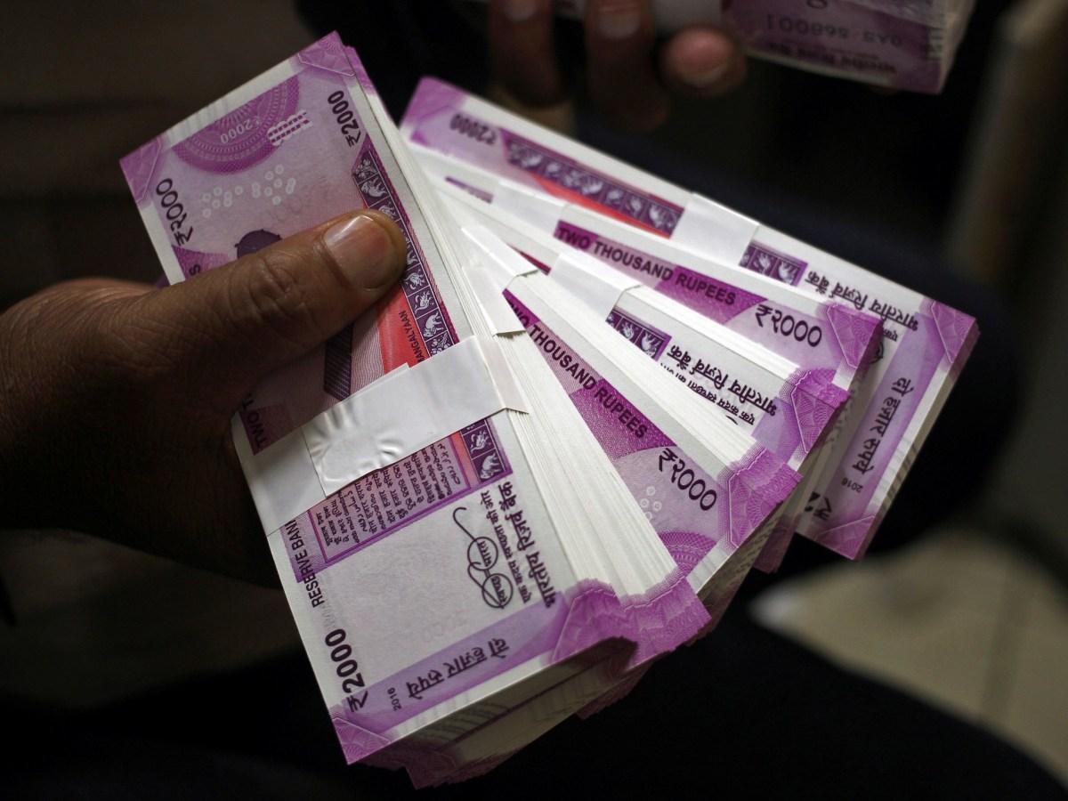 The new 2000 Indian rupee banknotes. Photo: Reuters/ Mukesh Gupta