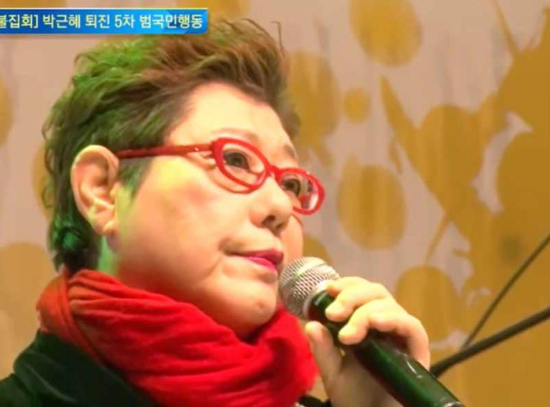 South Korean singer Yang Hee-eun sings during the massive demonstration in Seoul on Saturday in support of the impeachment of President Park Geun-hye over corruption allegations. Photo: YouTube