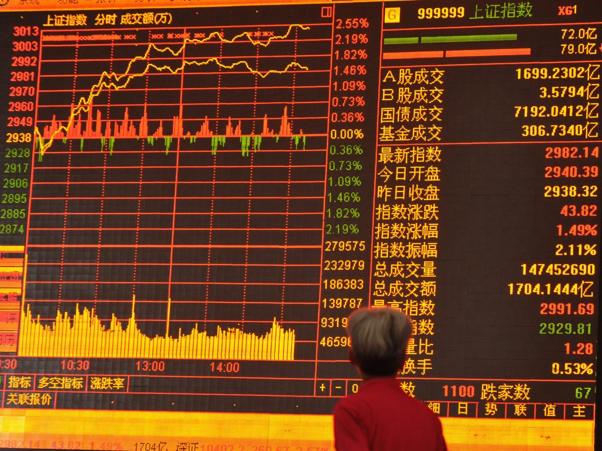 A Chinese investor looks at a screen displaying the Shanghai Composite Index at a stock brokerage house in Fuyang city, Anhui province. Photo: AFP
