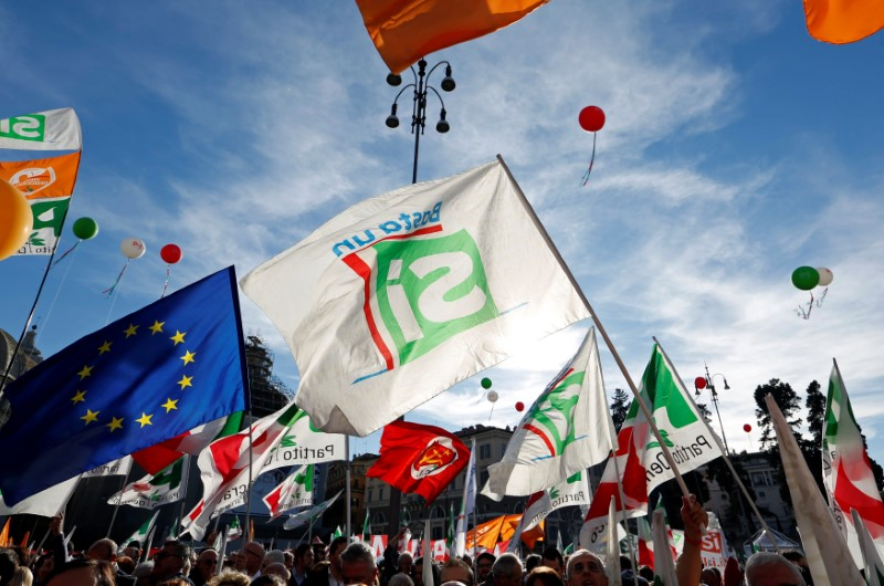 Supporters wave flags during a rally led by Italian Prime Minister Matteo Renzi in downtown Rome, Italy October 29, 2016. Photo: Reuters/Remo Casilli