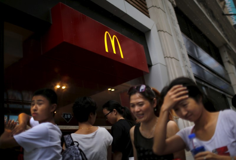 People walk by a McDonald's store in downtown Shanghai July 31, 2014. Photo: Reuters/Carlos Barria