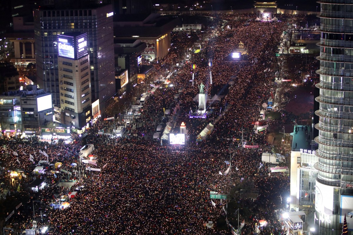 Protesters occupy major streets in the center Seoul for the sixth consecutive Saturday, rallying against South Korean President Park Geun-hye. Photo: Reuters/Chung Sung-Jun