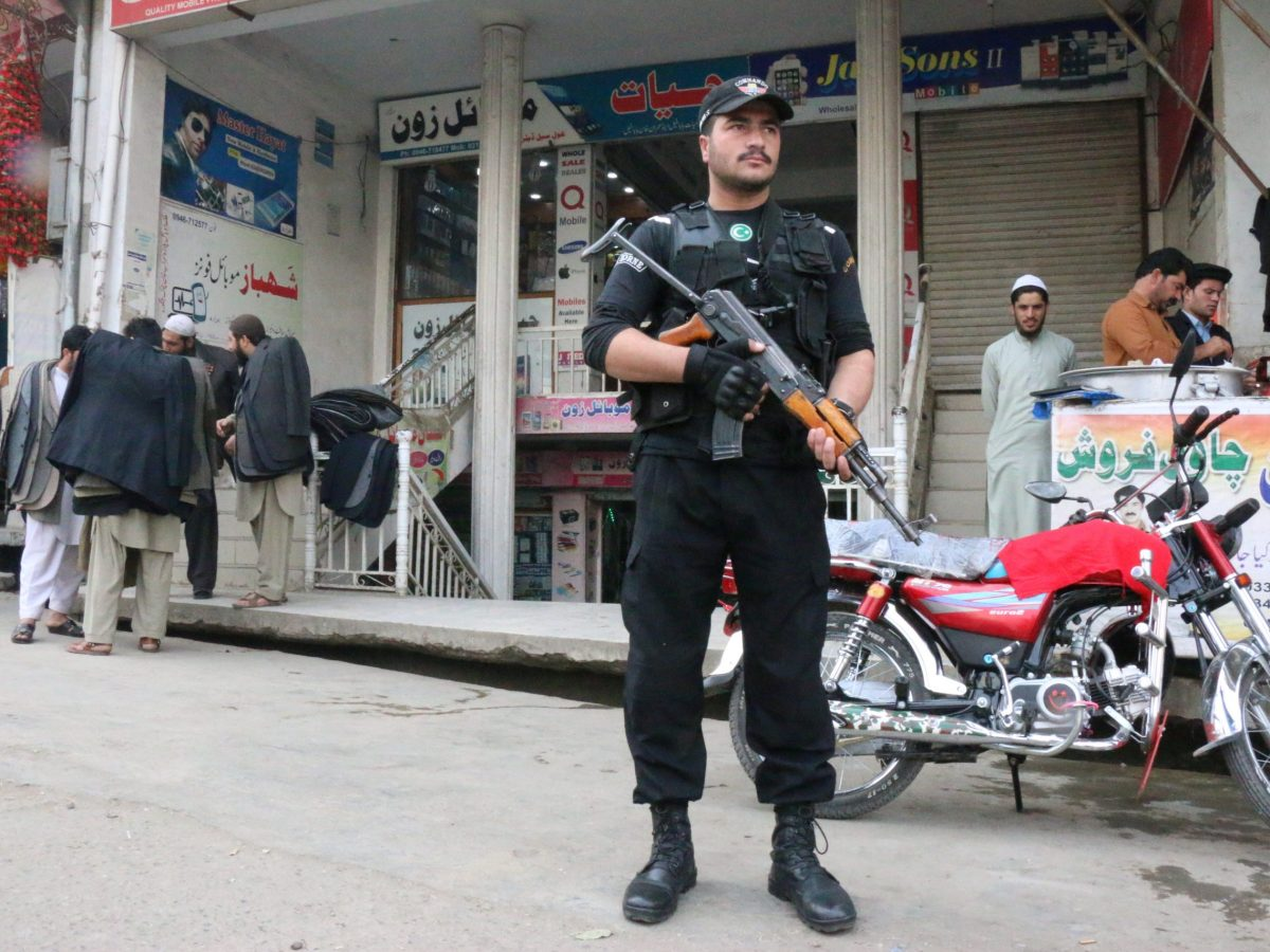 A policeman stands guard at a market in Mingora, in Swat Valley, Pakistan, on December 7, 2016. Photo: Reuters / Hazrat Ali