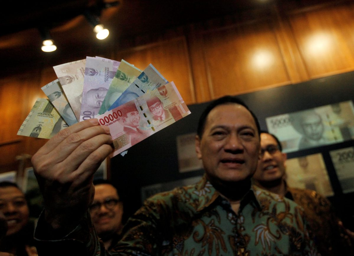 Indonesia's Central Bank Governor Agus Martowardojo holds new Indonesian Rupiah banknotes at an official ceremony in Jakarta, Indonesia December 19, 2016. Photo: Reuters/Fatima El-Kareem