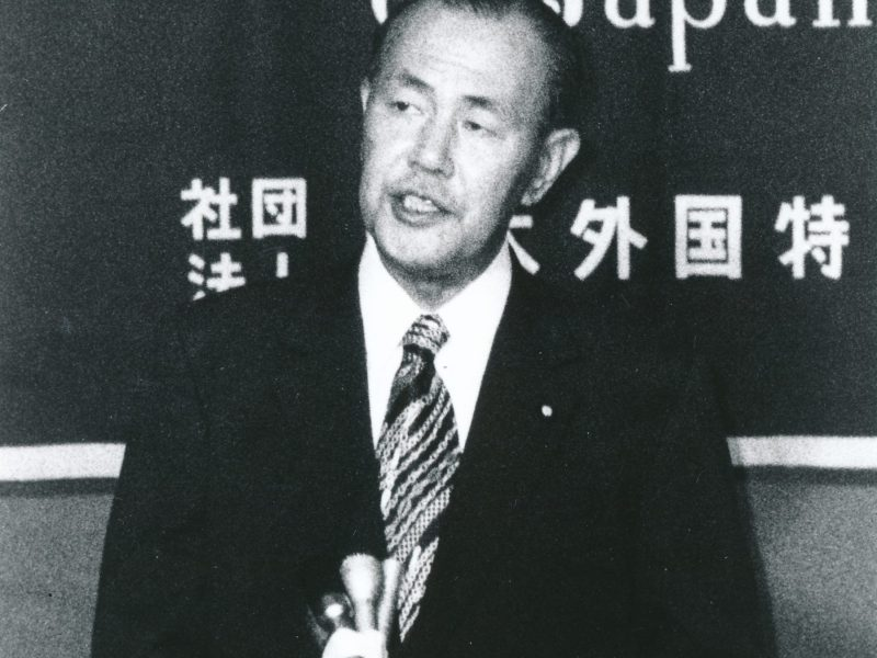 Prime Minister Kakuei Tanaka speaks at the Foreign Correspondents' Club of Japan in October 1974. (FCCJ file photo)