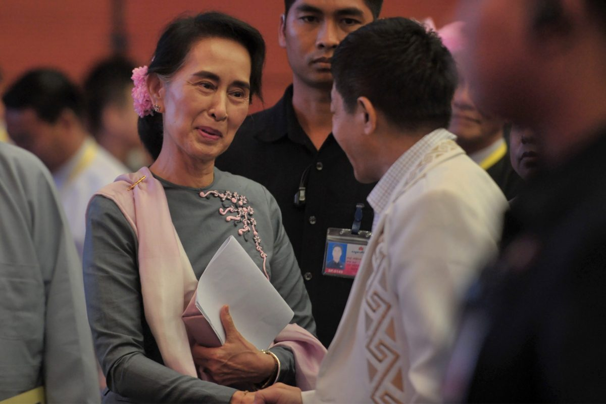 Myanmar's State Counsellor Aung San Suu Kyi (L) shakes hands with ethnic rebel leader General Gun Maw (R) from the Kachin Independence Army  (KIA), the military wing of the Kachin Independence Organization (KIO), at the conclusion of a peace conference in Naypyidaw on September 3, 2016. Photo: AFP / Aung Htet