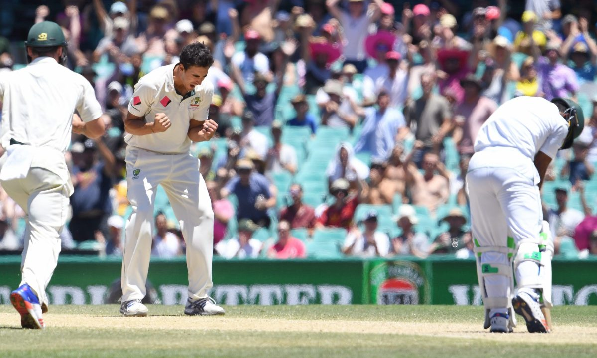 Australia's paceman Mitchell Starc (L) celebrates bowling Pakistan batsman Asad Shafiq (R) on the final day of the third cricket Test match at the SCG, in Sydney on January 7, 2017. / AFP PHOTO / WILLIAM WEST / IMAGE RESTRICTED TO EDITORIAL USE - STRICTLY NO COMMERCIAL USE