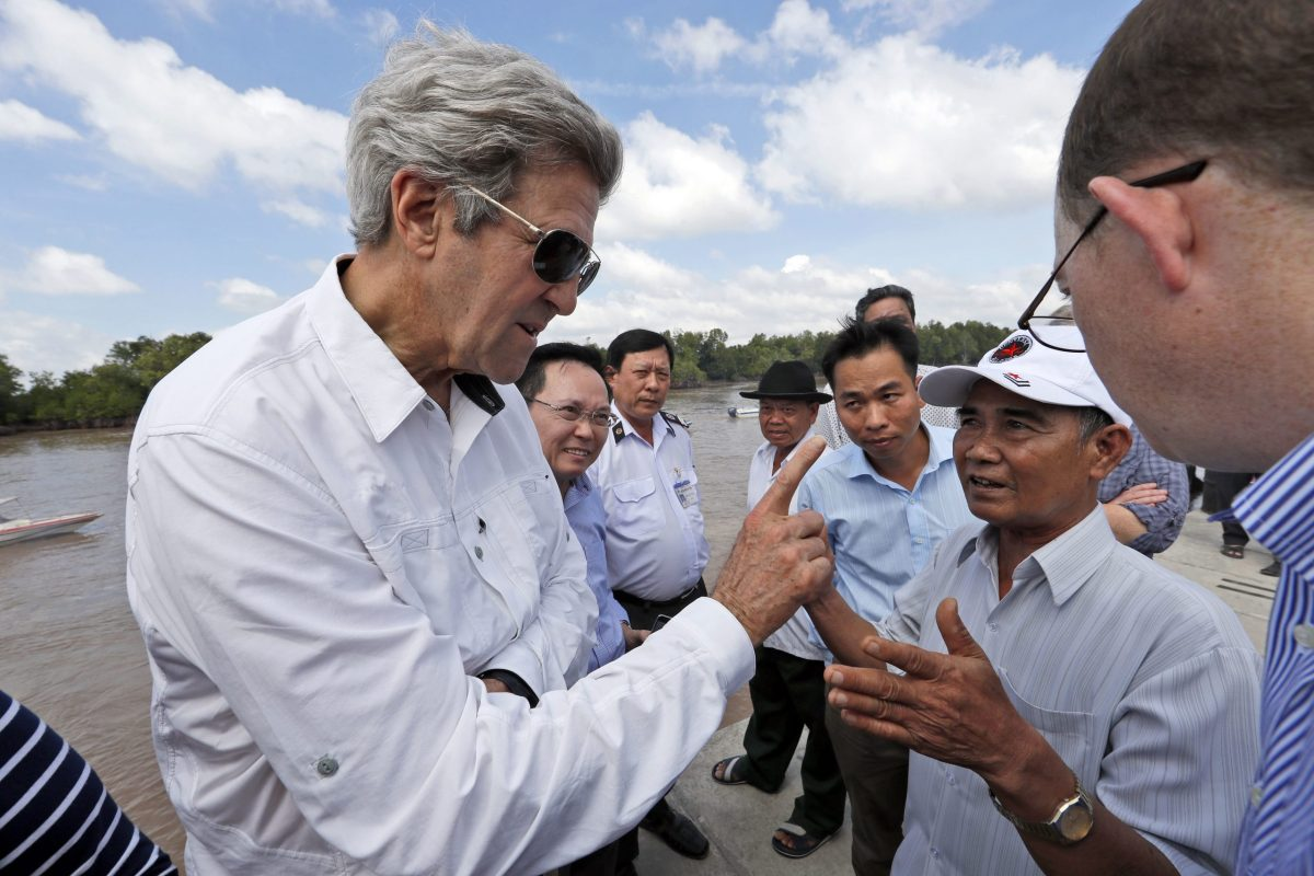 US Secretary of State John Kerry (left) talks with Vo Ban Tam, who was a member of the Viet Cong and took part in an attack on Kerry's Swift Boat in the Mekong River Delta on February 28, 1969. Photo: AFP / Alex Brandon