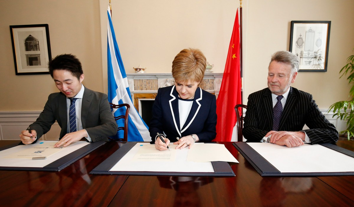 Peter Zhang (left), Scotland's First Minister Nicola Sturgeon and Sir Richard Heygate signed an MOU in March 2016.