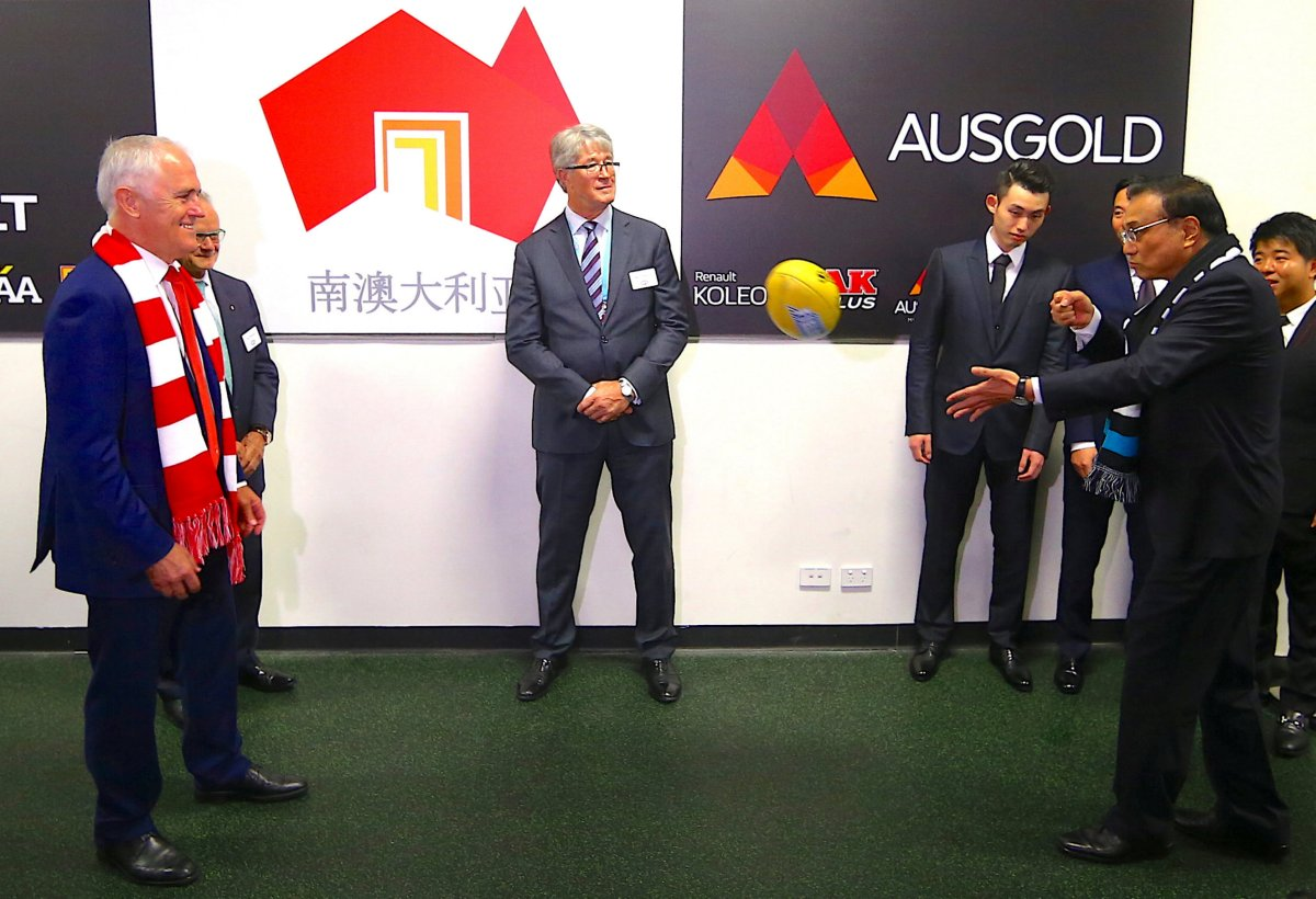 Chinese Premier Li Keqiang passes the ball to Australian Prime Minister Malcolm Turnbull before the start of an Australian Football League game during Li's visit to the country in 2017. Photo: Reuters/David Gray