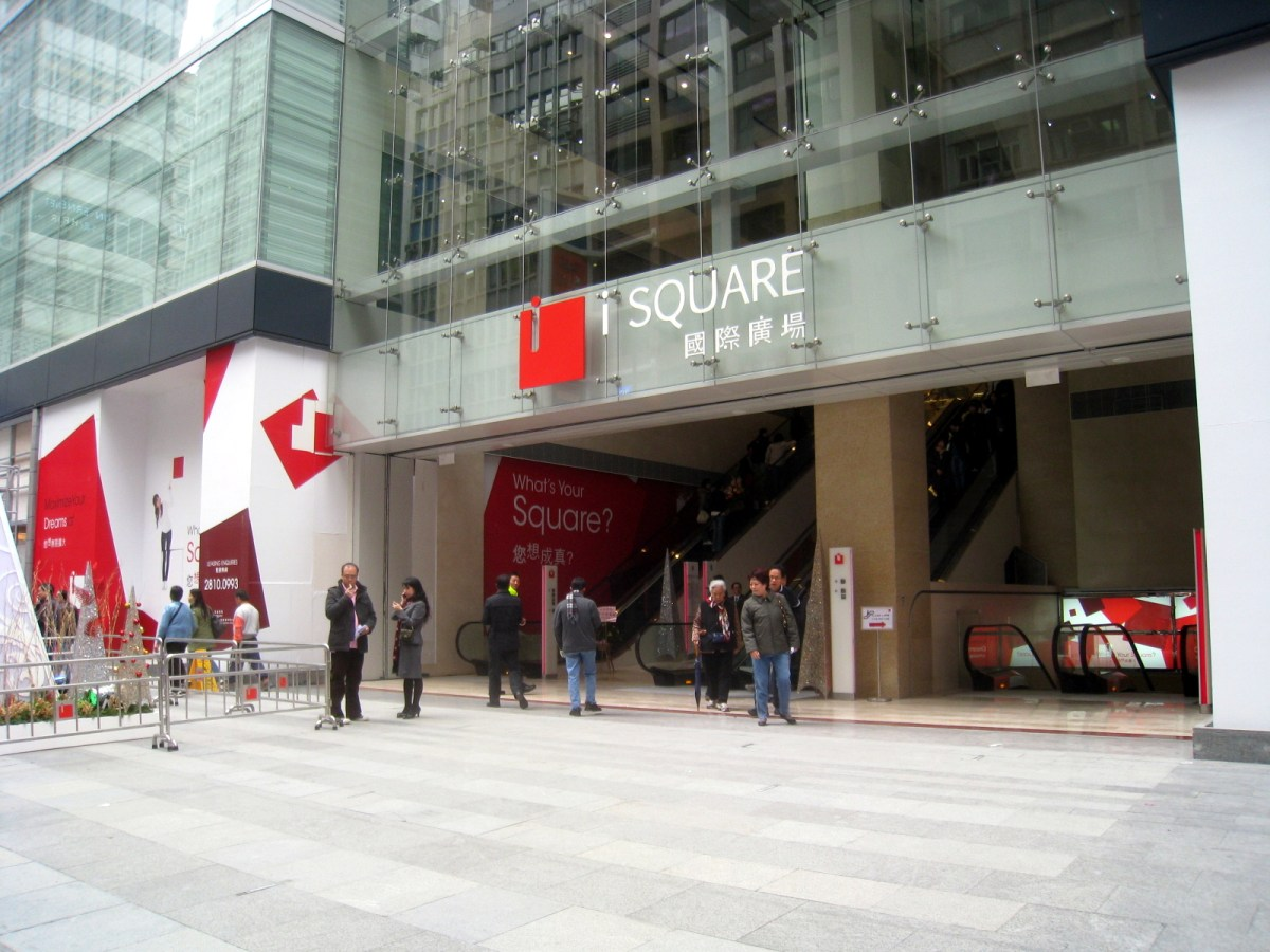 Entrance of iSQUARE in Tsim Sha Tsui where a Portuguese youngster fell from a balcony on 30/F. Photo: Wiki Commons