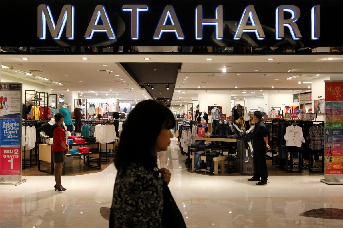 A woman walks in front of Matahari Department Store at a shopping mall in Jakarta, Indonesia. Photo: Retuers, Iqro Rinaldi