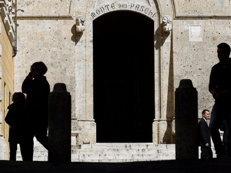 The main entrance of the Monte dei Paschi bank headquarters is seen in Siena, Italy March 13, 2012. Photo: Reuters, Max Rossi