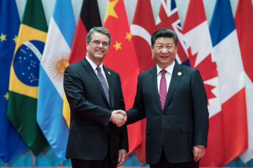 Roberto Azevedo, General Director of the WTO, being welcomed by Chinese President Xi Jinping. Photo: DPA, Bernd Von Jutrczenka