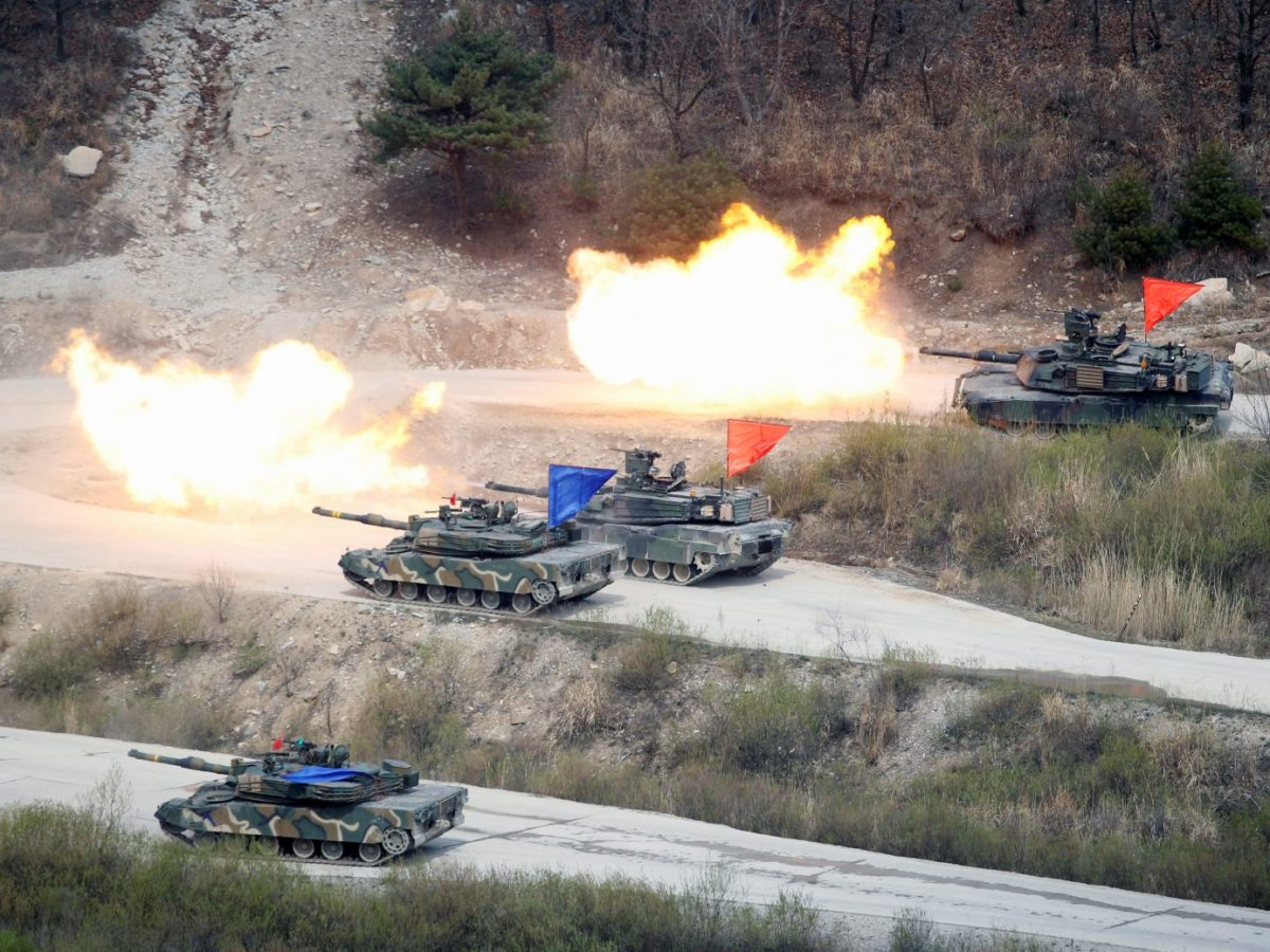 South Korean and US tanks fire live rounds during a joint military exercise near the DMZ on April 21, 2017. Photo: Reuters/Kim Hong-Ji
